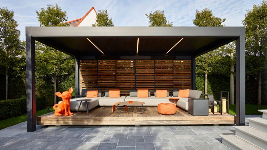 une pergola bioclimatique Renson Camargue avec des panneaux coulissants loggia couleur bois et des lames led de plafond