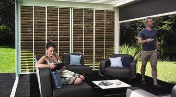 un salon design sous une pergola bioclimatique qui peut être entièrement fermée ou ouverte selon les conditions météo