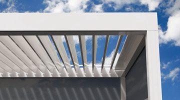 Pergola bioclimatique RENSON à lames orientables avec fixcreen