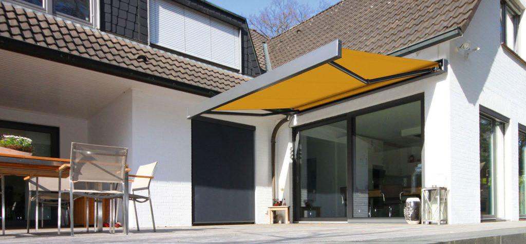 store jaune markilux 3300 devant une baie vitrée