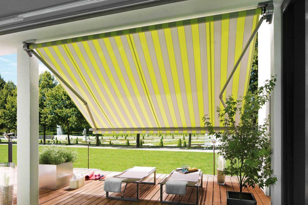 un store markilux 930 swing installé sur une terrasse pour protéger des bains de soleil