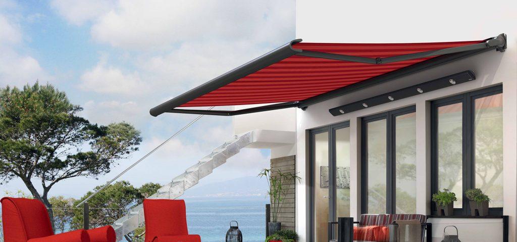 un store markilux 990 de couleur rouge sur la terrasse d'une maison