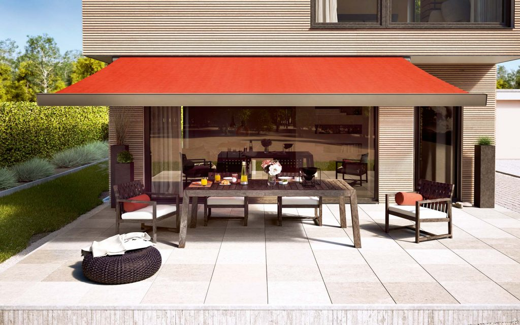 le store design mx 970 de markilux installé sur la terrasse d'une maison contemporaine pour protéger un salon de jardin