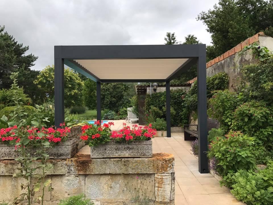 terrasse bioclimatique à côté d'une piscine