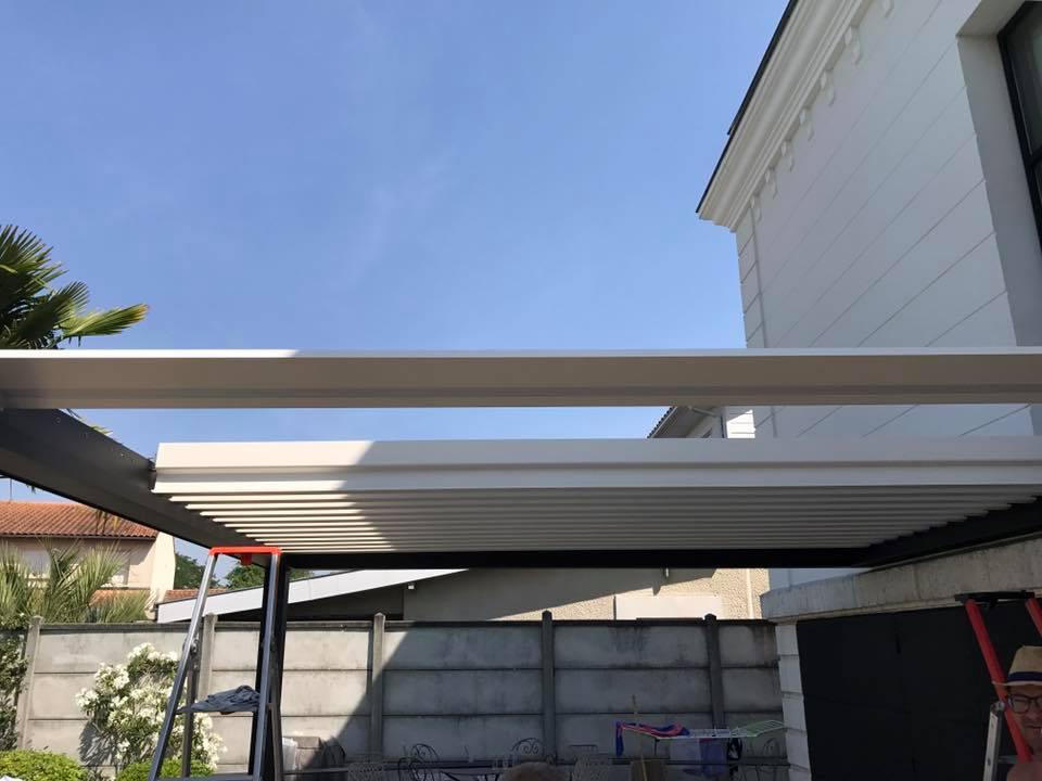 Installation des lames d'une pergola bioclimatique à lames orientables chez un particulier à Bordeaux