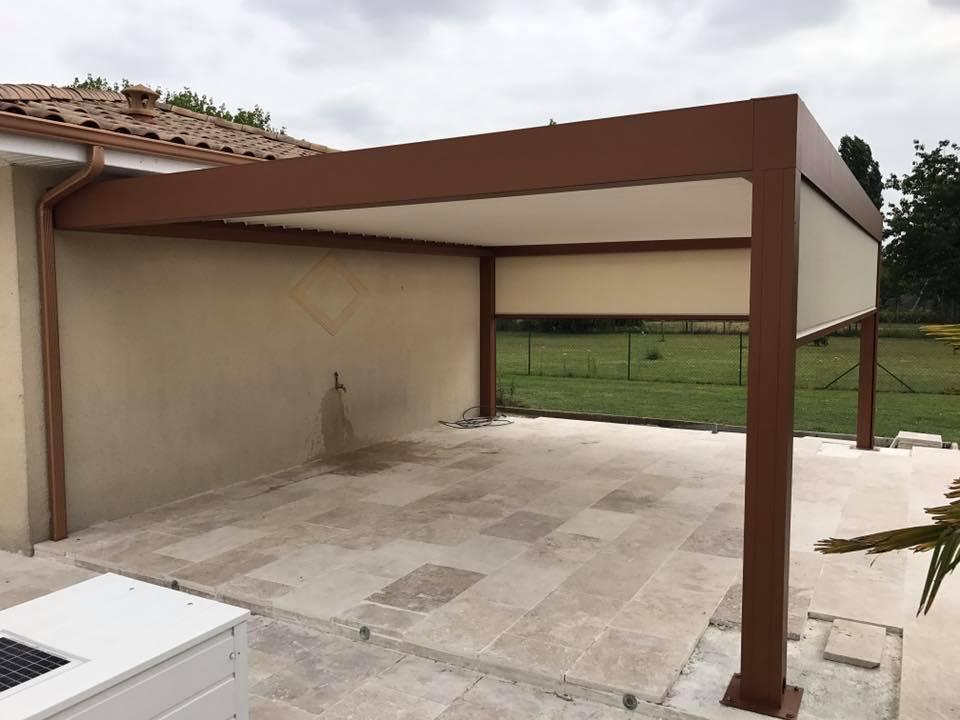 test des stores d'une pergola bioclimatique à lames orientables installée sur la terrasse d'un particulier à Coutras en Gironde
