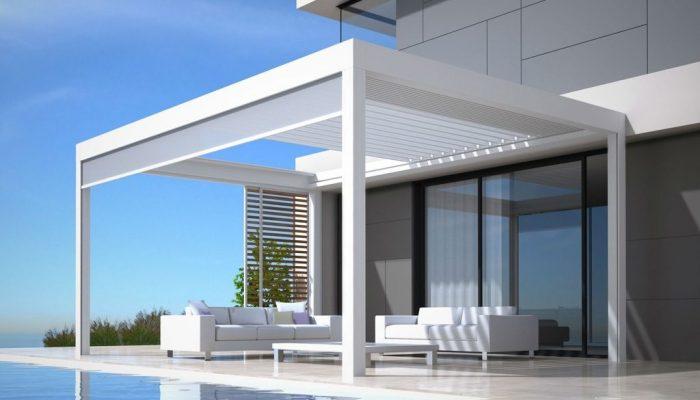 Pergola bioclimatique à lames orientables et toit coulissant avec panneau loggia