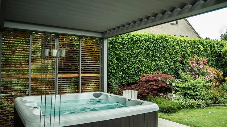Pergola bioclimatique à lames orientables avec panneaux loggia et baies vitrées coulissantes
