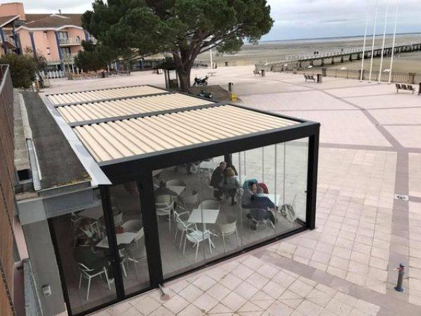 photo pergola camargue skye à lames orientables et rétractables pour couvrir la terrasse d'un restaurant