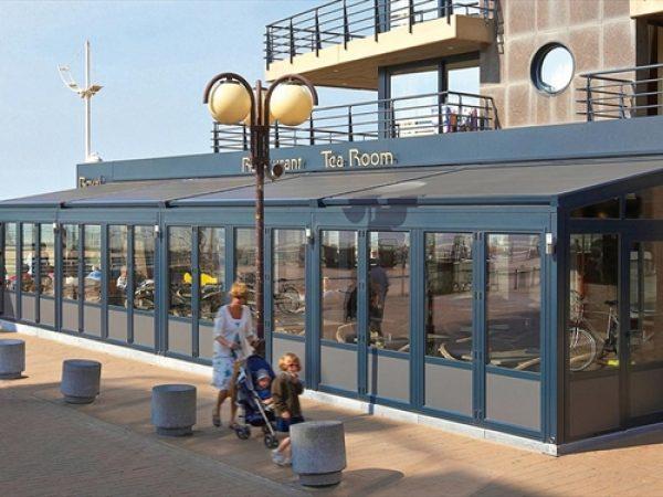 photo pergola à store Lagune de Renson pour abriter la terrasse d'un restaurant