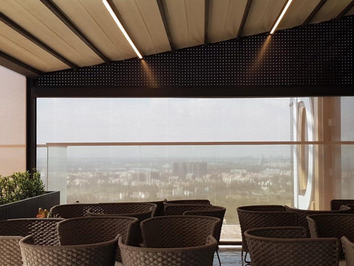 Pergola à toile installée sur la terrasse d'un hôtel