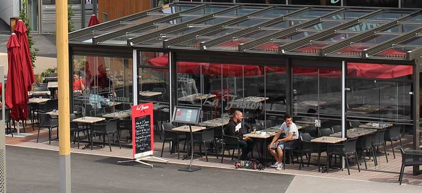 toiture coulissante installée sur la terrasse d'un restaurant